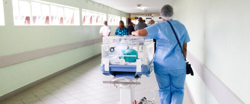 Des patients se déplaçant dans les couloirs d'un hôpital – Photo par Hush Naidoo sur Unsplash